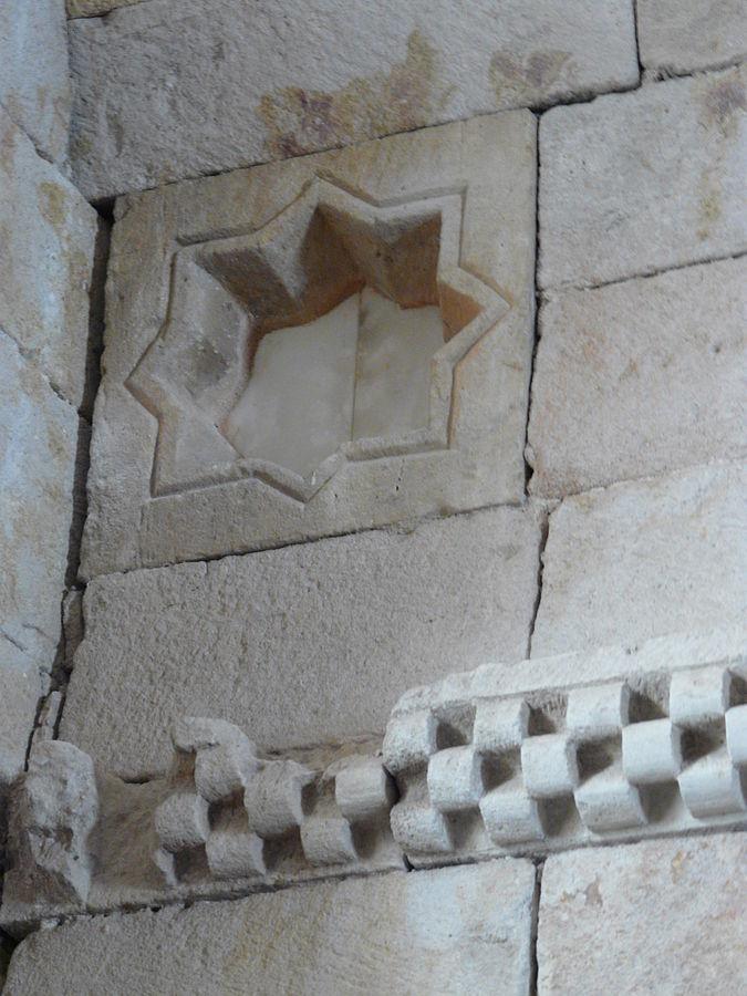 Estrella de ocho puntas en la Iglesia románica del siglo XII de Santo Tomé (Zamora), España